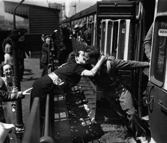 beso pareja en el tren