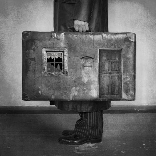 maletas en la puertas